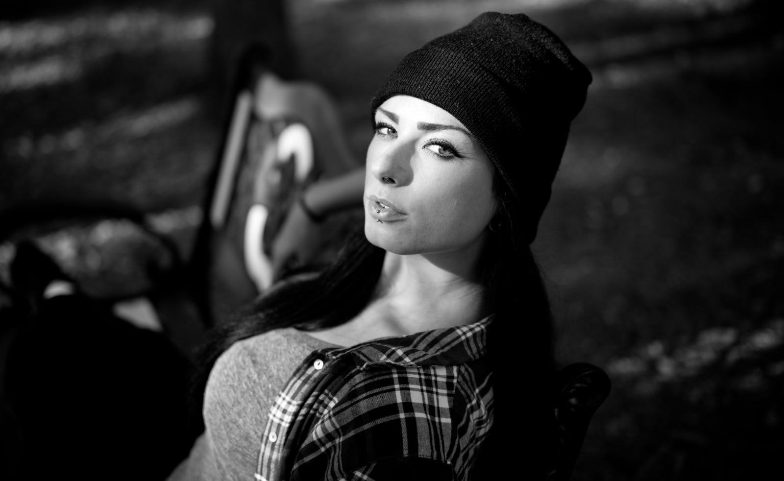 Porträt einer Frau auf der Bank in schwarz weiss