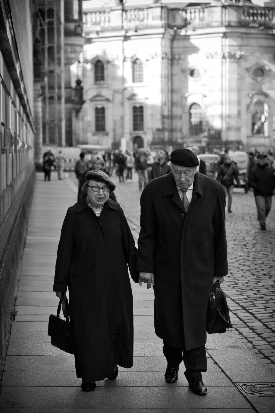 Älteres Ehepaar Händchen haltend in der Dresdener Innenstadt
