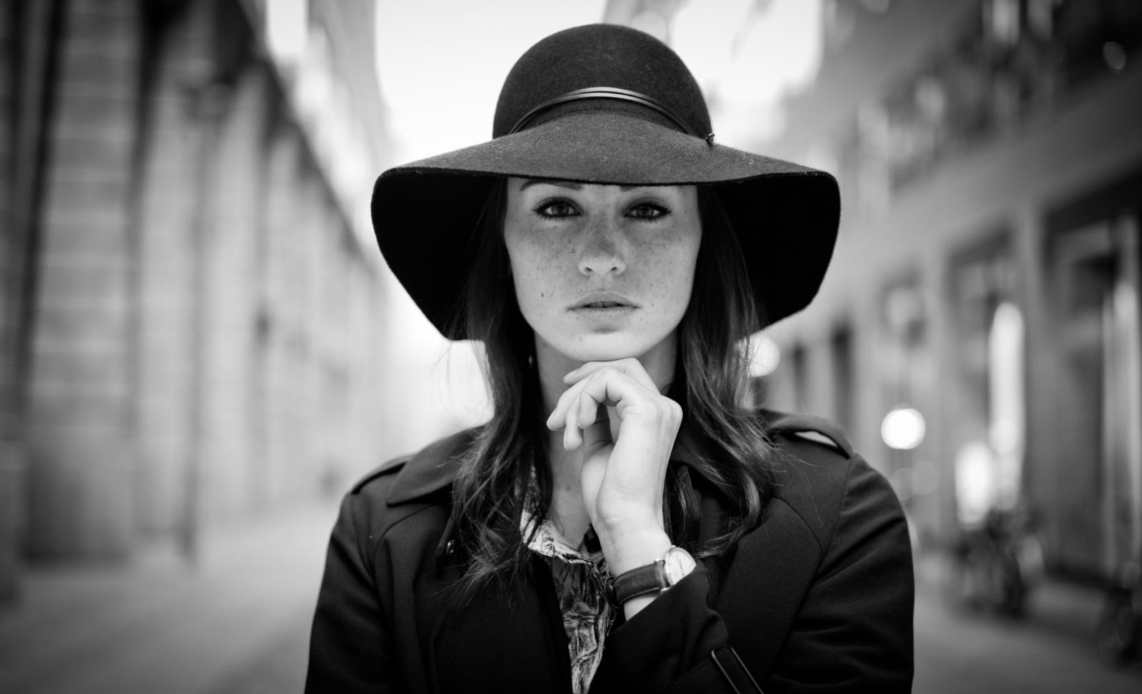 Porträt einer Frau mit Hut in Berlin