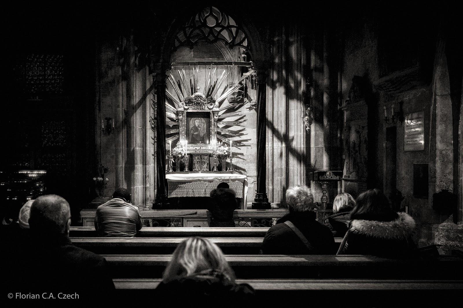 Altar in der Kirche schwarz weiss