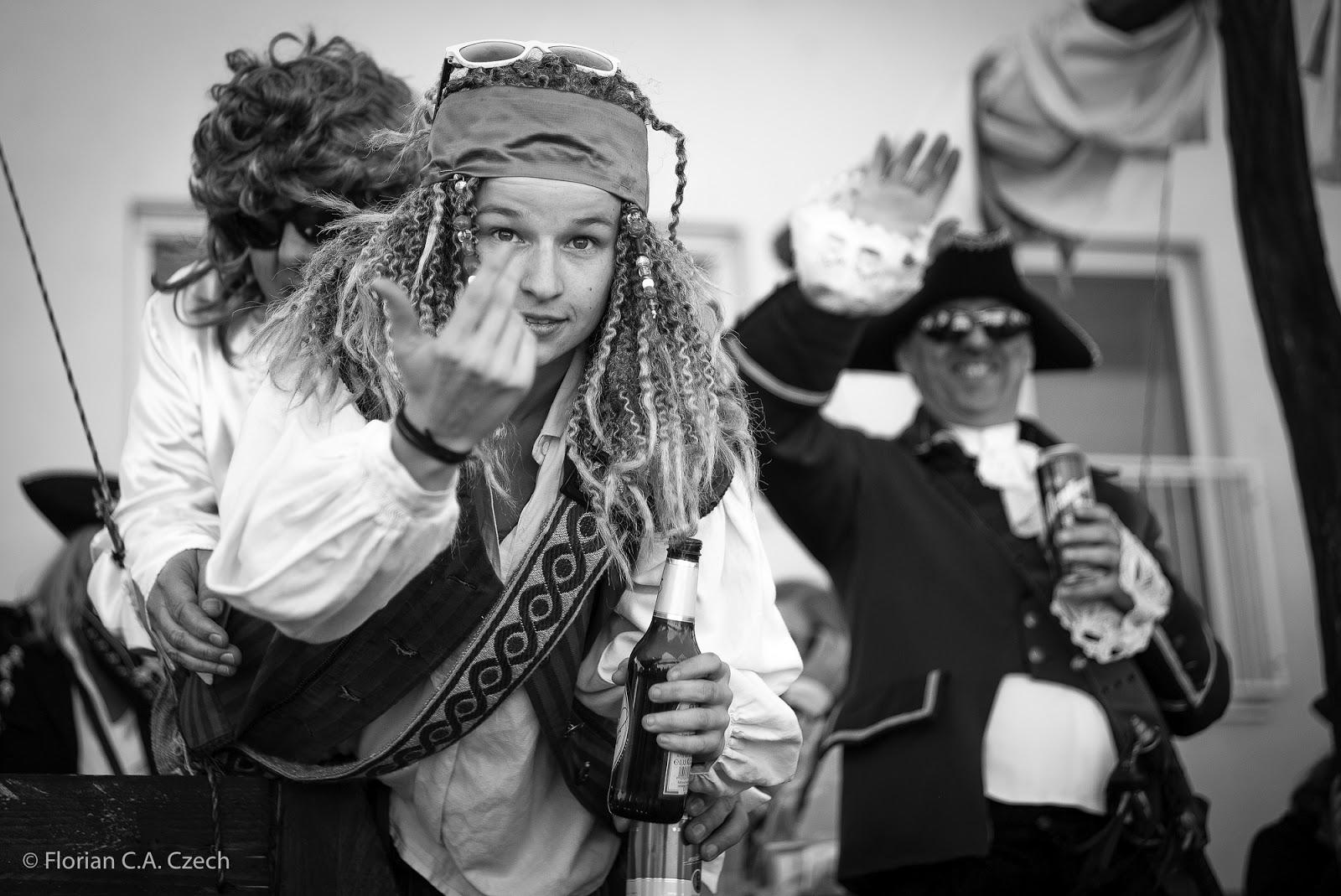 Mädchen als Piratin verkleidet