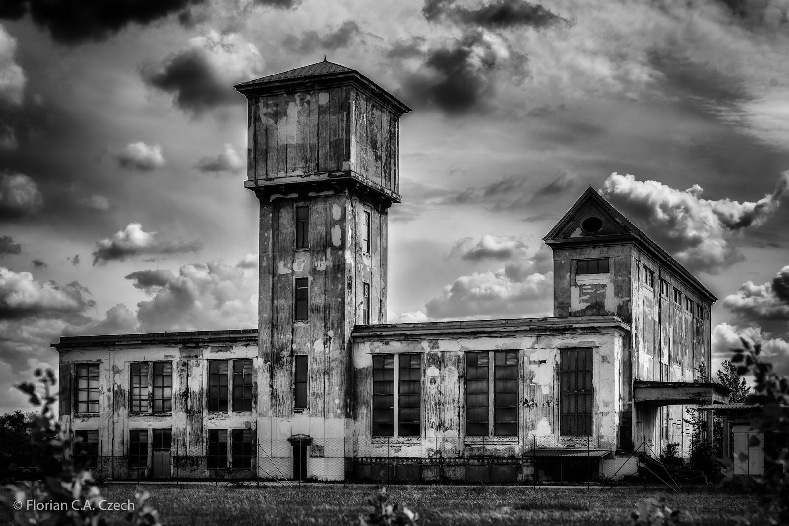 Altes Gebäude in schwarz weiss