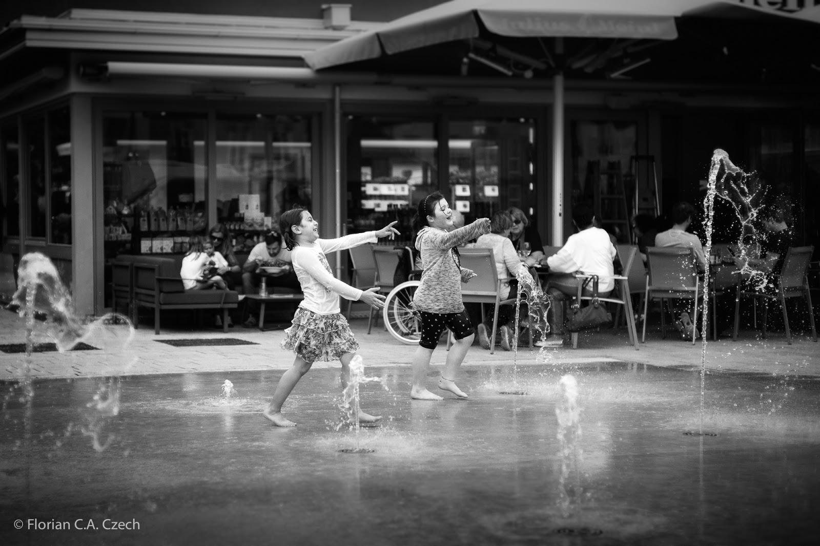 Kinder spielen mit dem Wasser