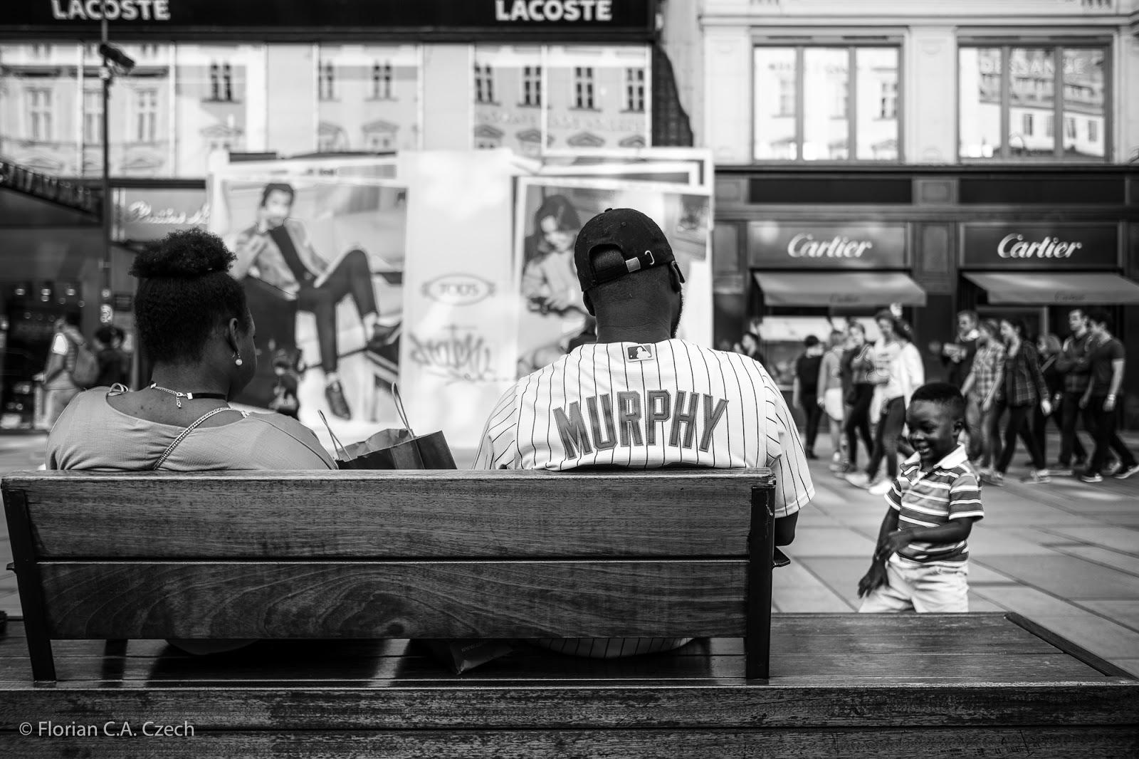 Mann im Baseballtrikot auf einer Bank