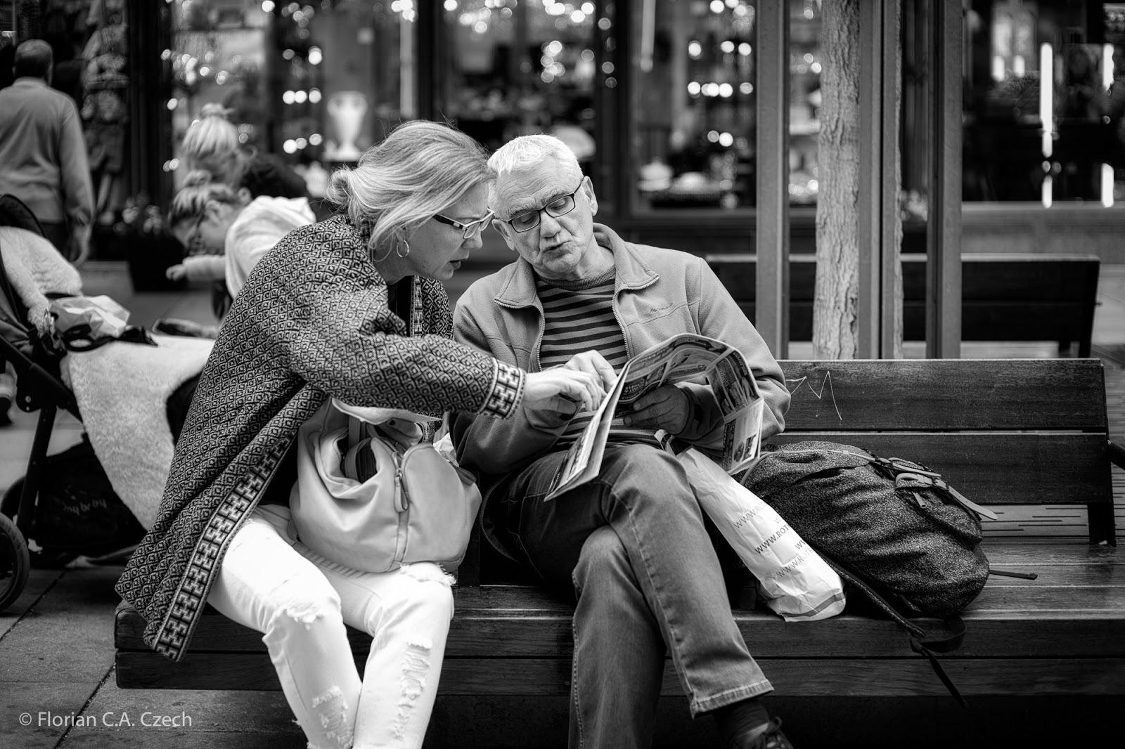 Ein älteres Ehepaar auf einer Bank schwarz weiss