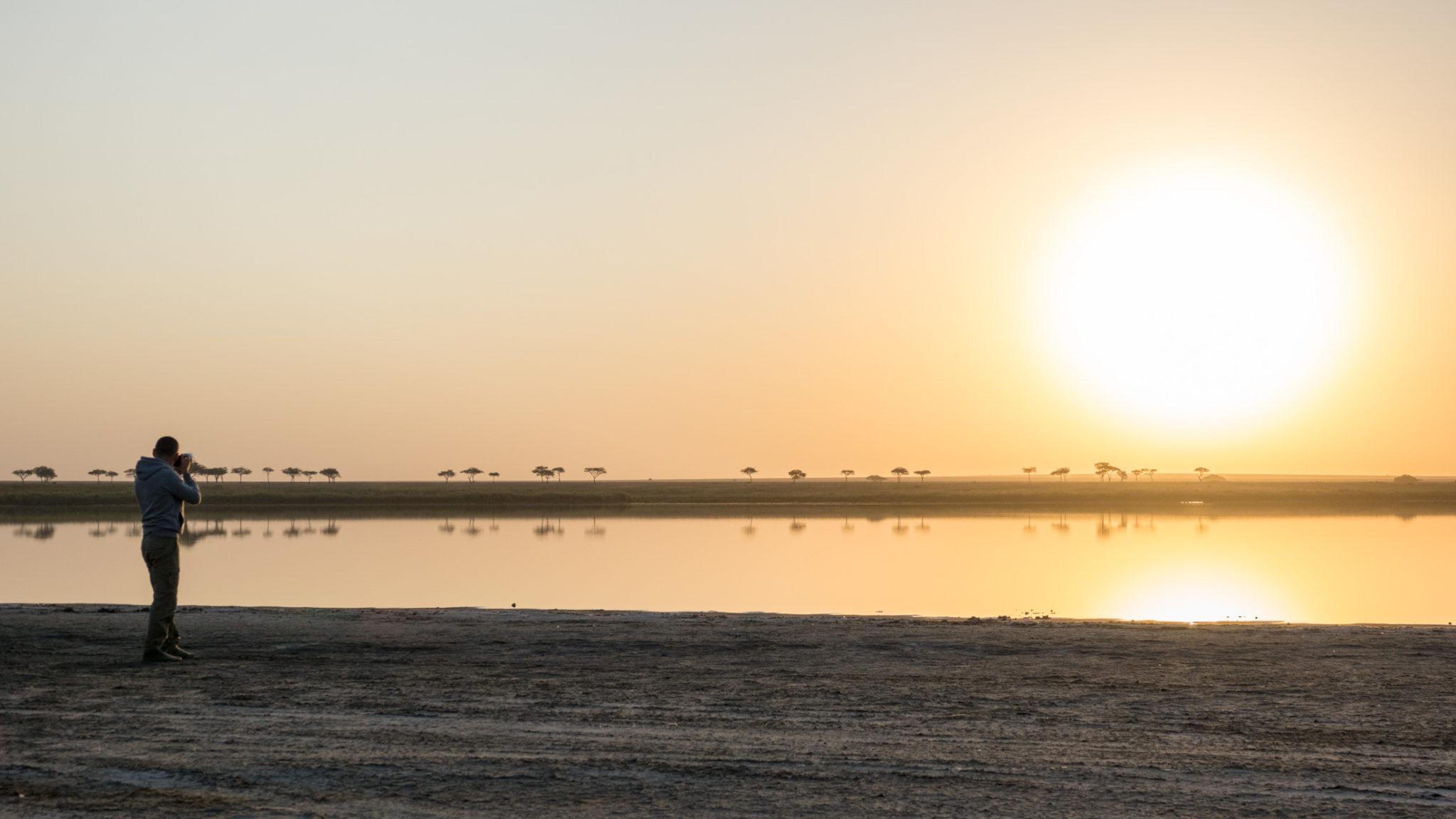 Sonnenaufgang am See in der Serengeti, Tansania
