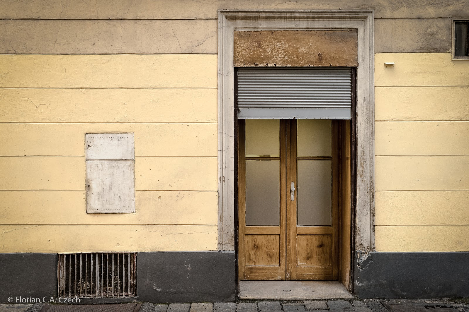 Hauswand mit Tür