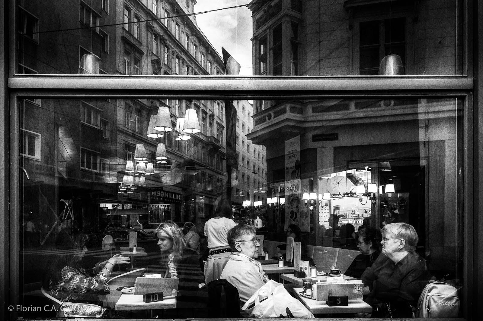 Eine Szene im Café schwarz weiss
