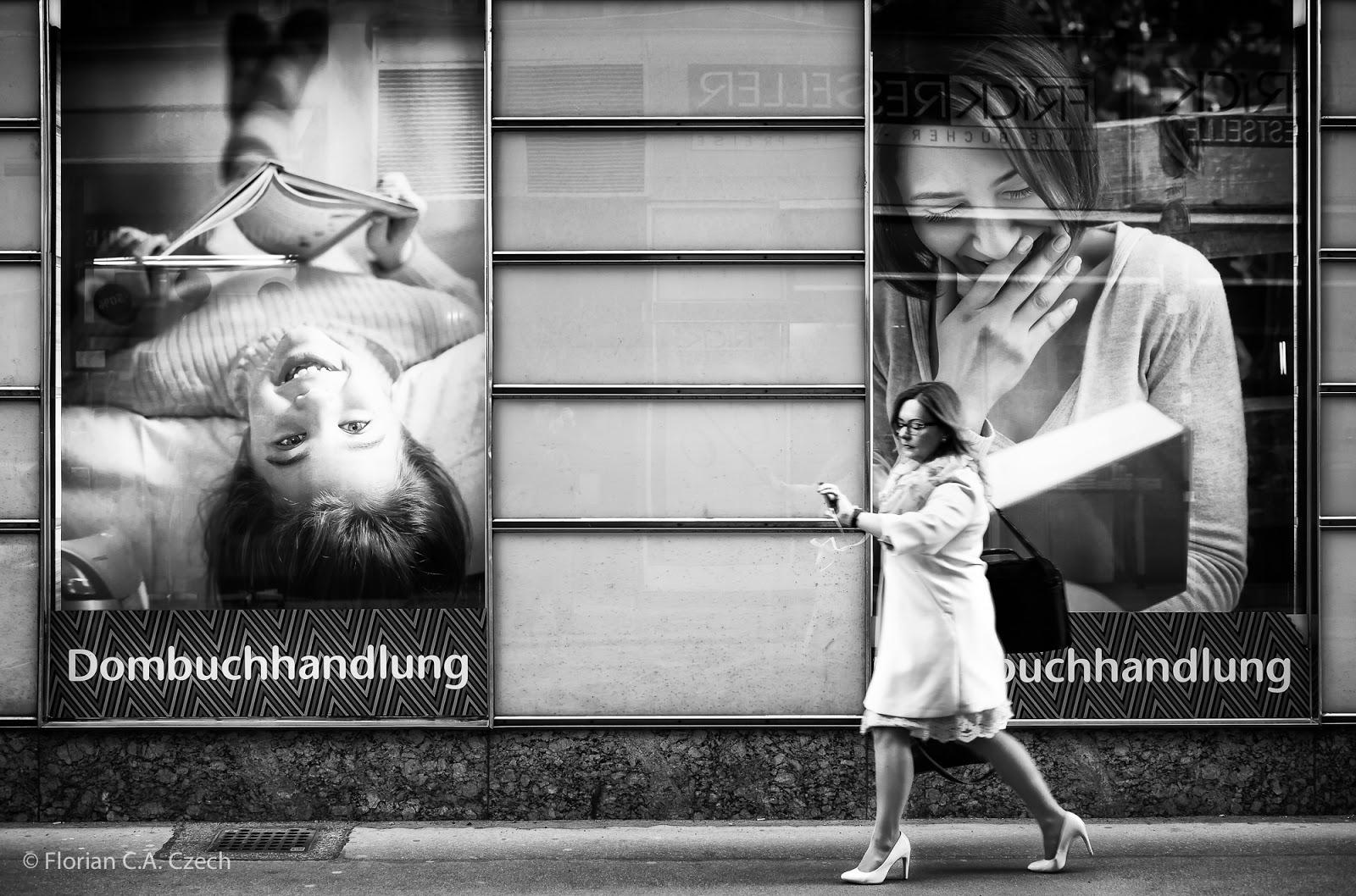Eine Frau blickend auf ihre Armbanduhr auf dem Bürgersteig