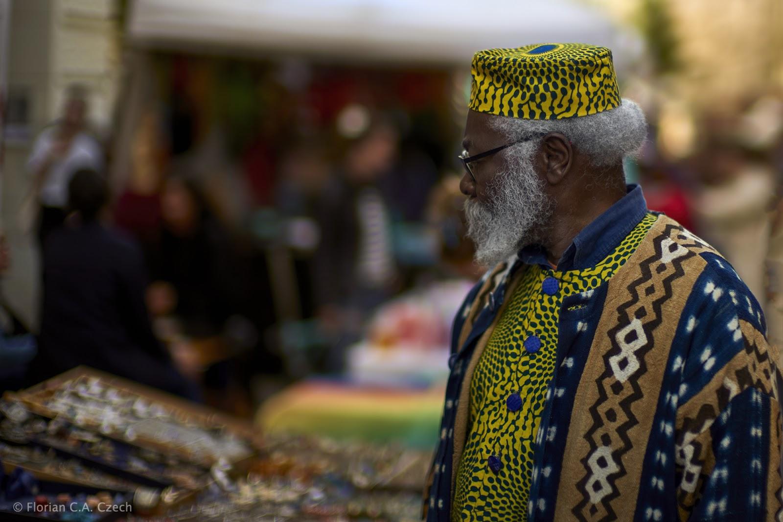 Mann auf einem Markt im traditionellen Gewand