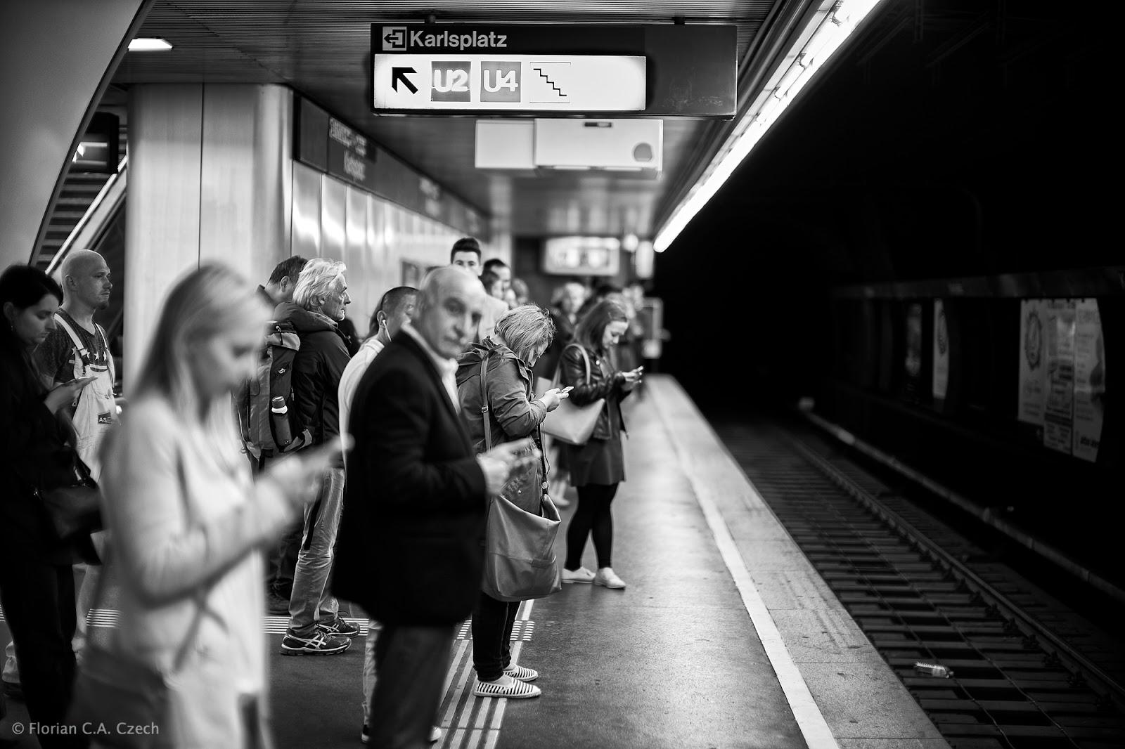 Wartende Menschen in der U-Bahn