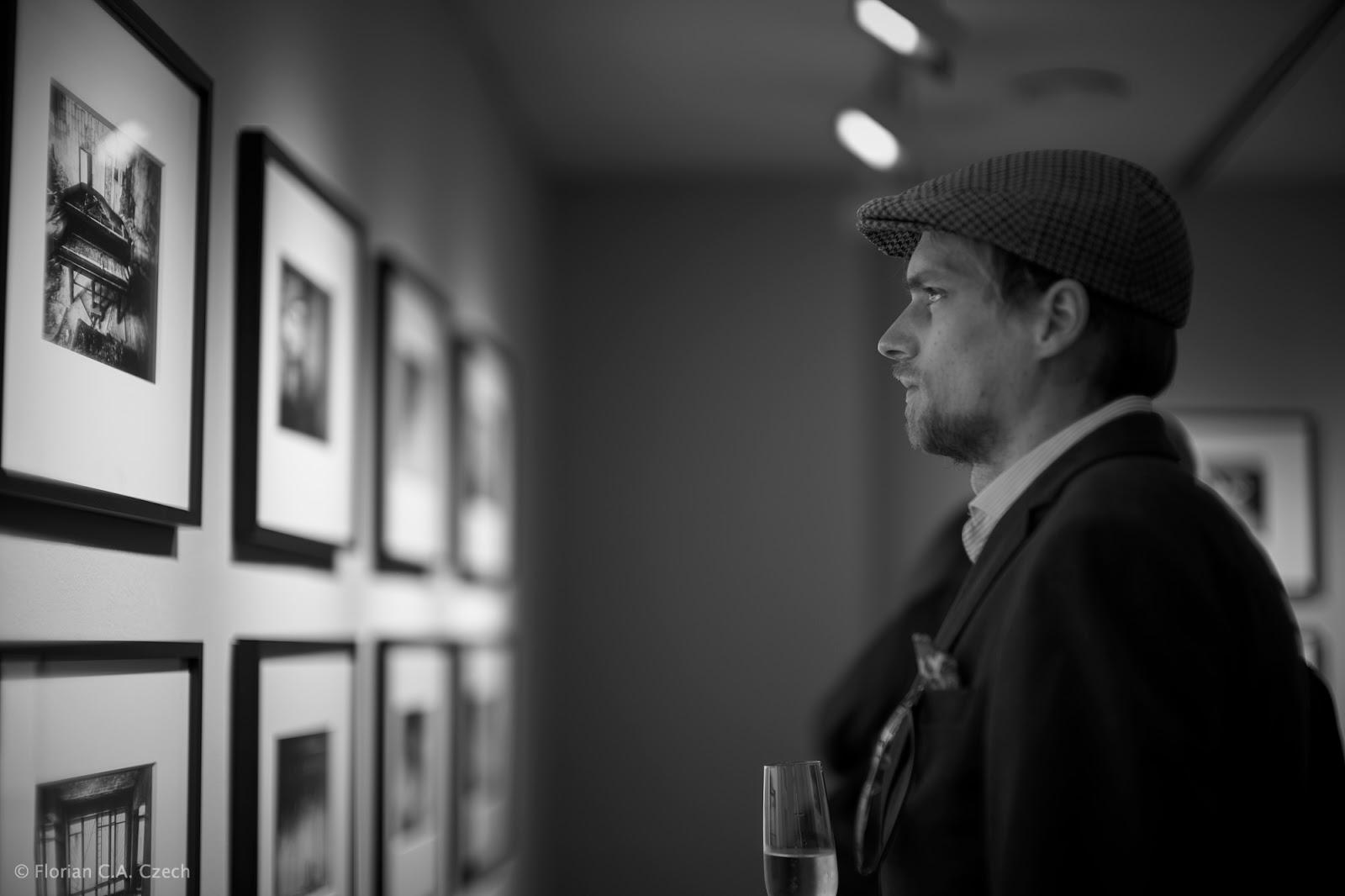 Ein Mann schaut sich Bilder an