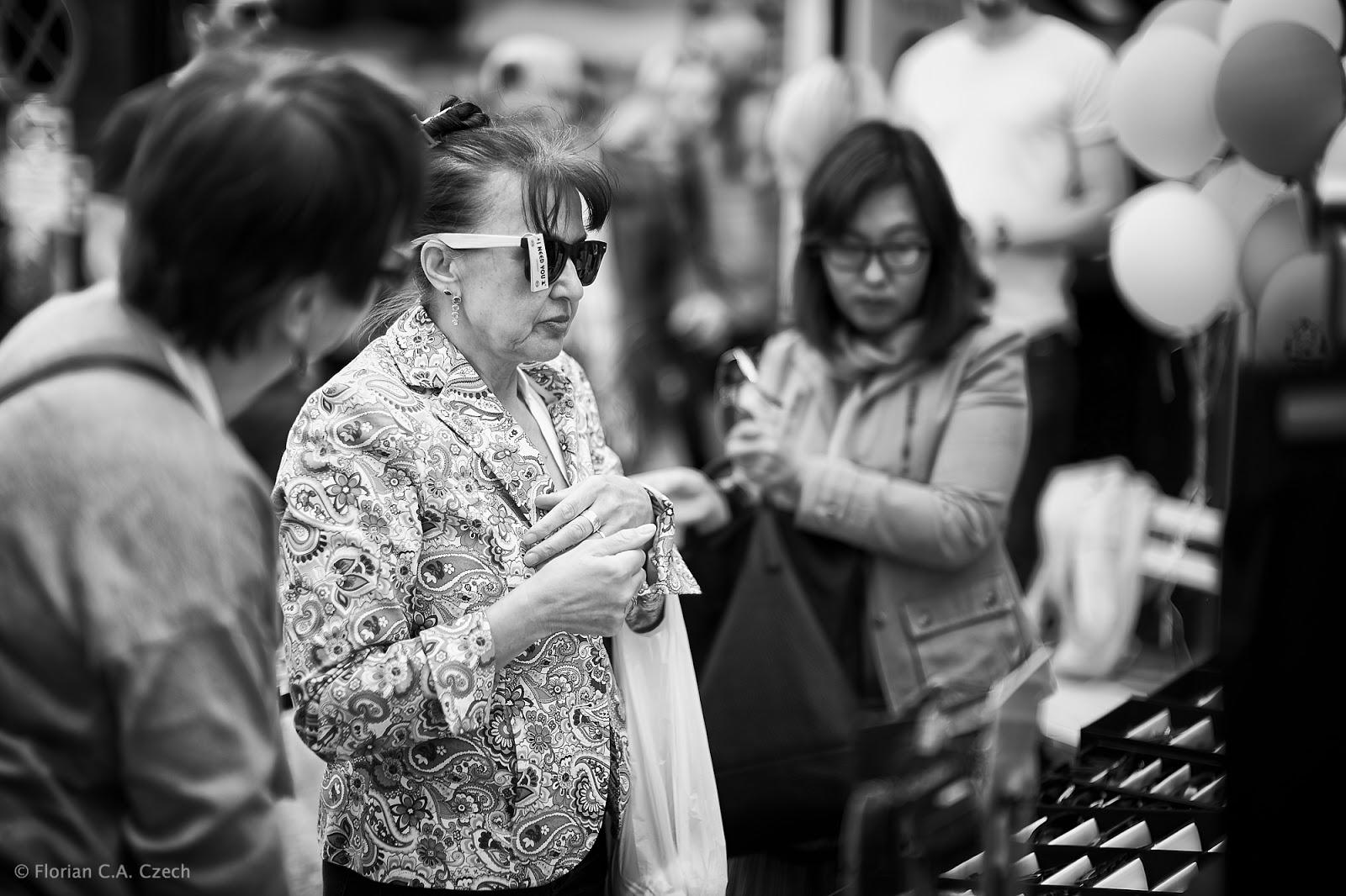 Eine Frau probiert eine Sonnenbrille an